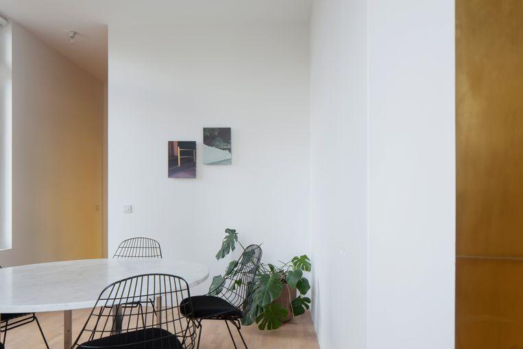 Aan de muur hangt werk van de Gentse kunstenaar Max Kesteloot.  Beeld Johnny Umans
