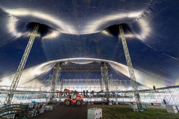 De opbouw van vorige festivals op  Landgoed Velder, zoals hier  het festival We Are Electric.