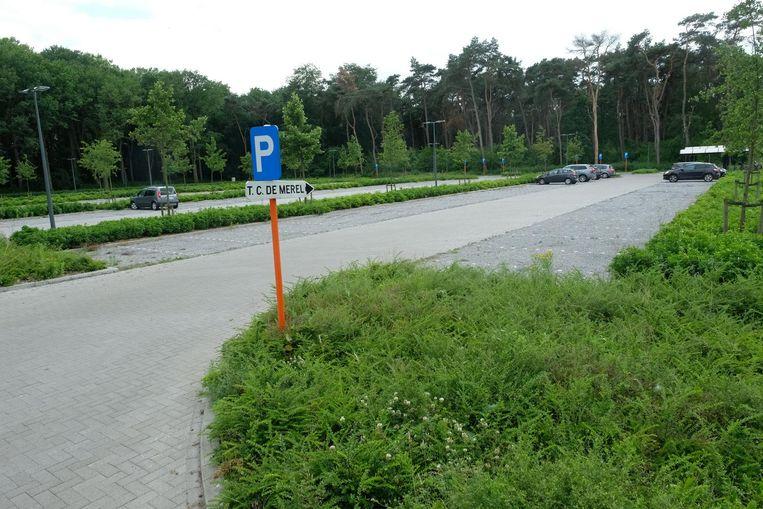 Het parkeerterrein van tennisclub De Merel. N-VA wil de club in de toekomst mogelijk uitbreiden met een overdekte tennishal.