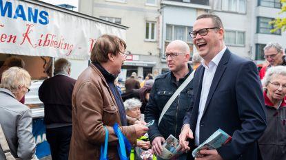 Waals PVDA-kopstuk Raoul Hedebouw voert campagne op… markt van Merksem