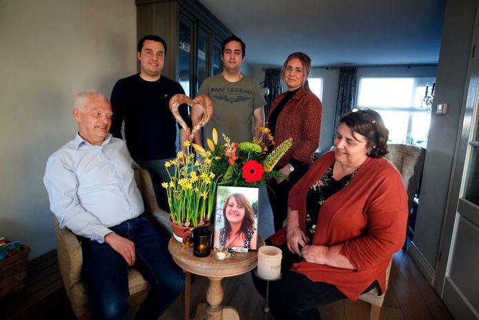 Het gezin Van der Heiden rond de foto van dochter Marlotte.