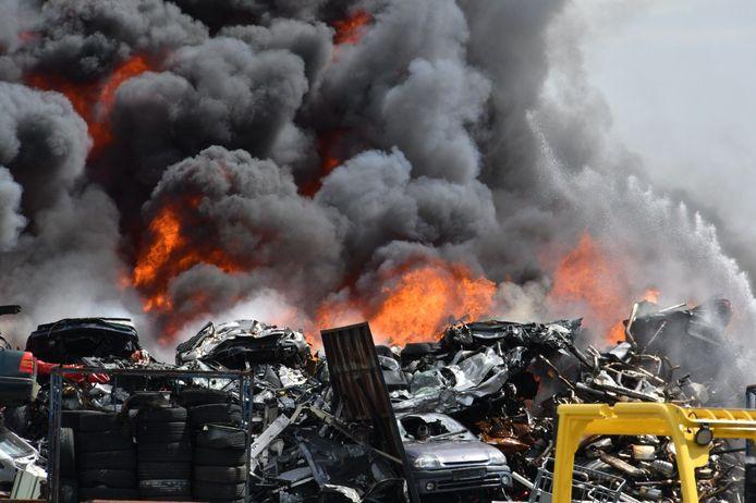 Grote brand bij Autobedrijf Wessel in De Lutte