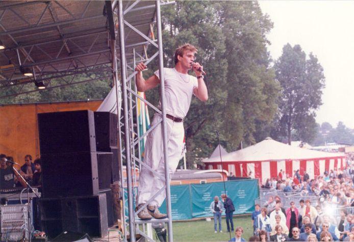1985: Zanger Huub van der Lubbe van De Dijk klimt tijdens 'Binnen zonder kloppen' de mast in en maakt hiermee een onuitwisbare indruk.