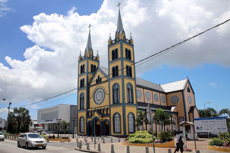 De houten Sint-Petrus-en-Pauluskathedraal in het centrum van de stad.  Beeld Alamy Stock Photo