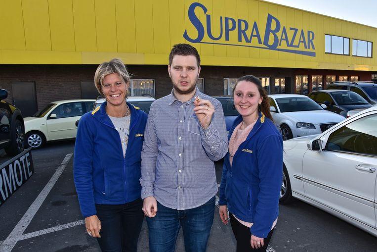 Marketingmanager Simon Verbaeys van Supra Bazar met twee medewerksters. (archief)