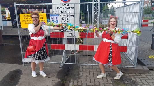 Ellis Rijkers (links) en Yvonne van Kemenade uit Nijnsel maakten 1,5 meter meetlatten.
