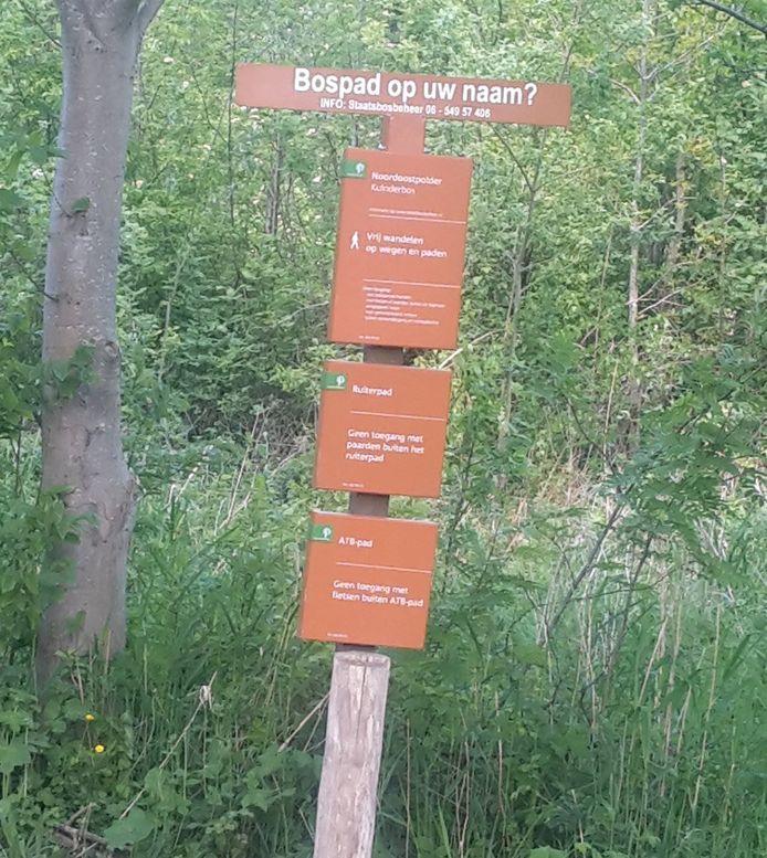 Een bospad op uw naam? Het kan in het Kuinderbos. Op bordjes is meer informatie te vinden.