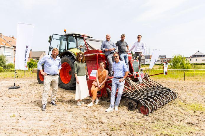 Op de foto vlnr: Michel Verhoeven (Kolmont), Beatrys Lambie (Antea Group), Leen Pieyns (Styfhals architecten), Frederik Verstraete (ReLife), burgemeester Hans Bonte, Matthieu Hendrickx (Exie) en Filip Grillet (Sureal) op de site Akzo Nobel. Op het terrein worden 1,5 miljoen hennepplanten geplant die later als isolatiemateriaal zullen dienen voor een nieuwbouwproject.