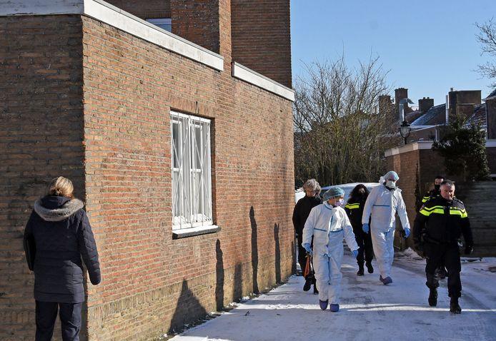 De politie doet onderzoek bij Het Spirituele Huisje Lotus in Oostburg. De eigenaresse is eerder aangehouden in haar huis in Aardenburg.
