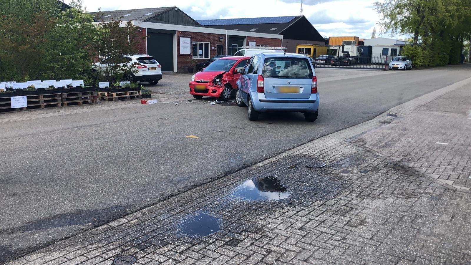Na een ongeval in de Goldkampstraat in Dalfsen werden twee auto's afgesleept.