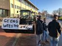 Bij de rechtbank in Middelburg staan al enkele boeren te wachten op collega's. De slogan luidt: 'Geen geouwehoer wees trots op de boer'