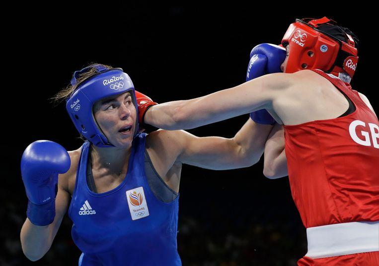 Nouchka Fontijn (links) bokst tegen de Britse Savannah Marshall tijdens de Spelen van Rio in 2016. Beeld AP