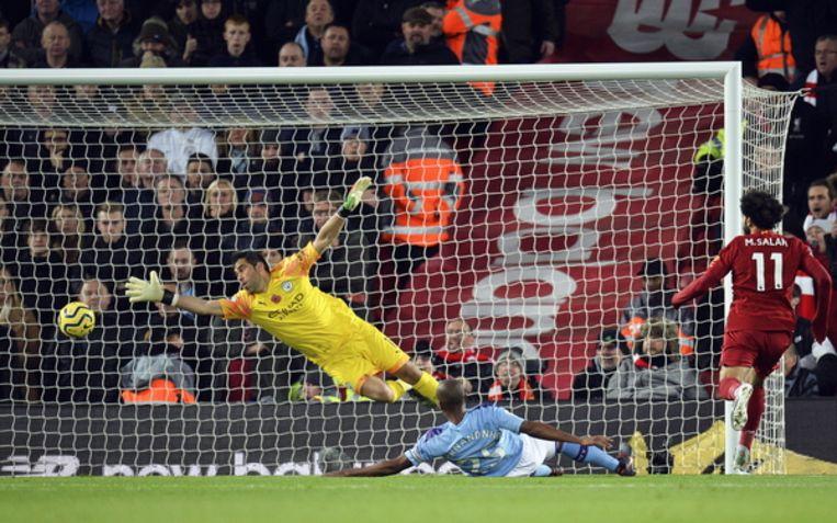 Liverpool aanvaller Mohamed Salah scoort de 2-0 tegen Manchester City  Beeld EPA