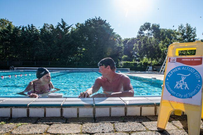 Remco Pielstroom en Truus den Uijl hebben even pauze in het buitenbad van zwembad De Hoorn. Zwembaddirecteur Pielstroom is deze maand ambassadeur van de campagne #Altijdfit.
