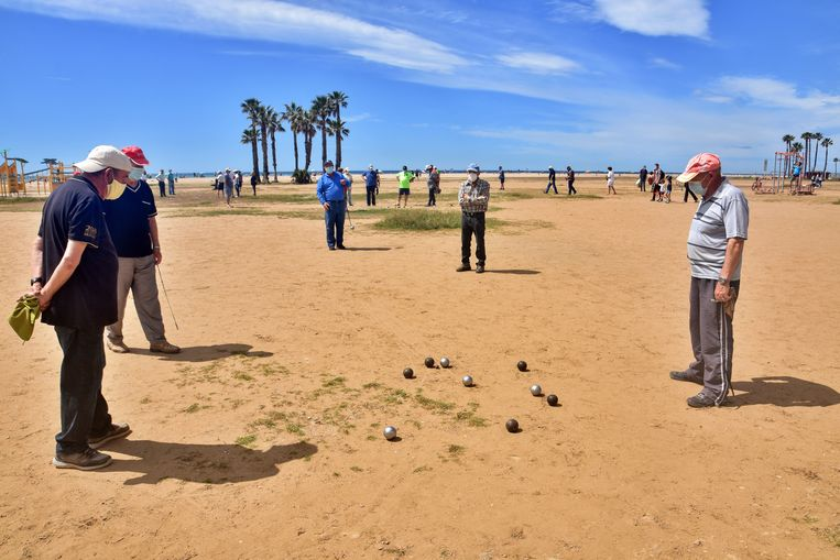 Jeux de boules op een Spaans strand.  Beeld SOPA Images/LightRocket via Gett