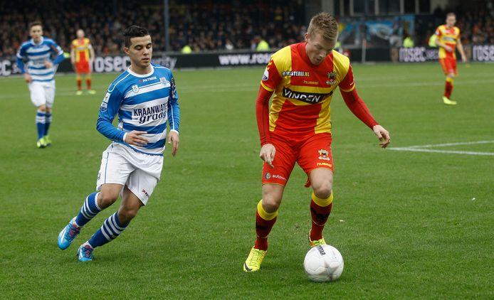 Jeffrey Rijsdijk (rechts) laat namens GA Eagles zijn hielen zien aan een jonge Mustafa Saymak, geboren Deventenaar in dienst van PEC Zwolle.