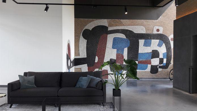 Hal op verdieping van TQ4 op Strijp-T in Eindhoven, met een van de oude kunstwerken die zijn gered.