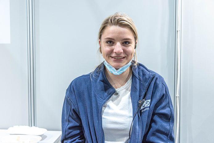 Rosalie Bos werkt als student bij het vaccineren in de IJsselhallen in Zwolle.