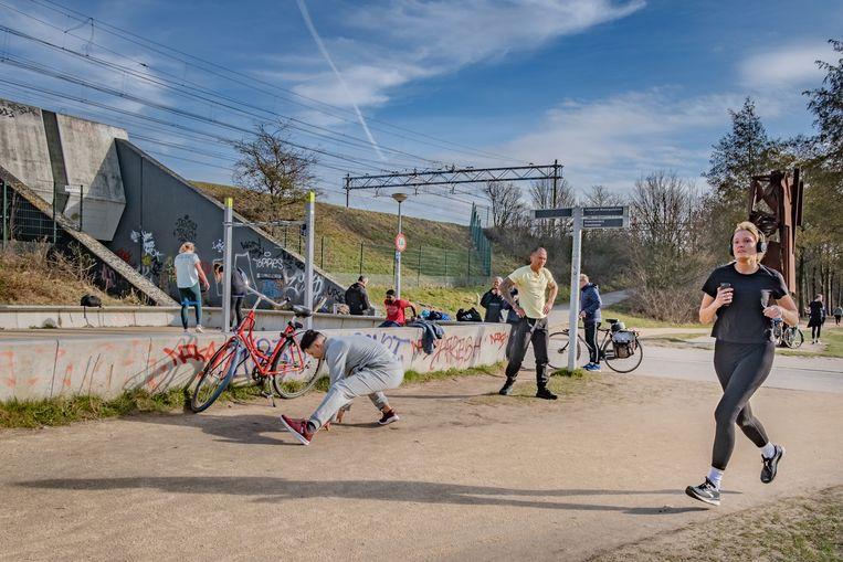 Sporters in het Amsterdamse Westerpark. Beeld Joris van Gennip