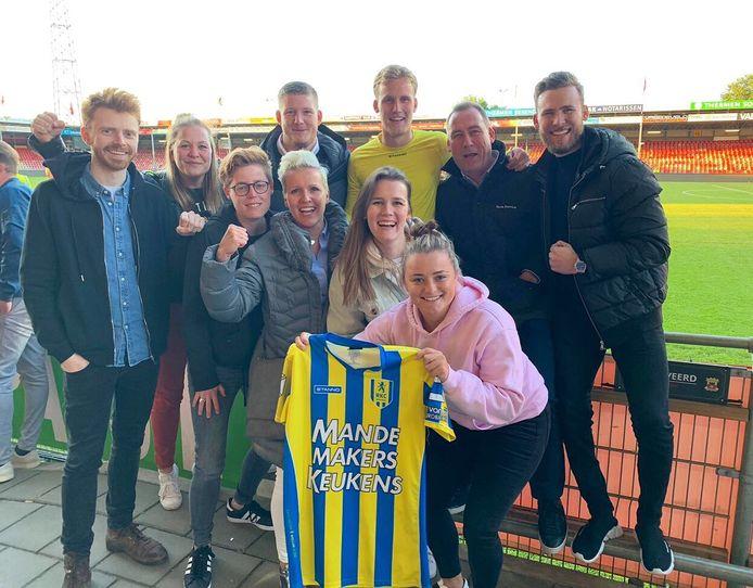De hele familie op bezoek bij RKC, waar Melle speelt. Uiterst rechts Joppe, met naast hem vader René. In het midden met geel shirt Melle. Pien staat recht onder hem.