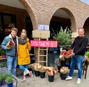 Thibaud van der Steen en Carlijn Kloet redden samen met hun twee compagnons van Breda Maakt Mij Blij producten die door corona ineens niet meer verkocht werden, zoals bloemen, pompoenen, flessen wijn en zélfs een hele werkplaats voor verstandelijk gehandicapten.