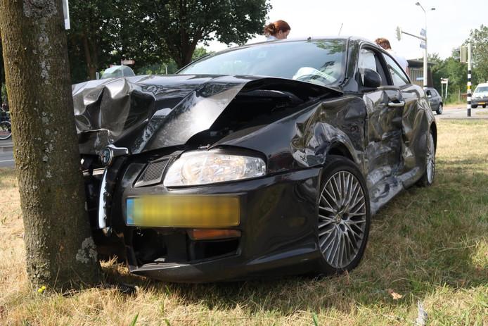 Een van de auto's na aanrijding in Breda.