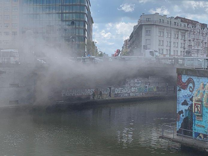De rookpluim boven het Brussels kanaal was afkomstig van een brand in een technische koker.