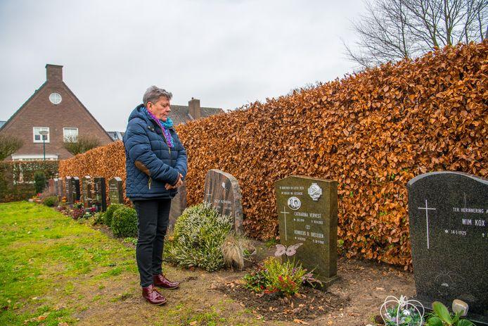 Christien Dielesen bij het graf van haar ouders in Duizel.