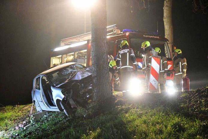 De brandweer heeft de automobilist uit het voertuig gehaald.