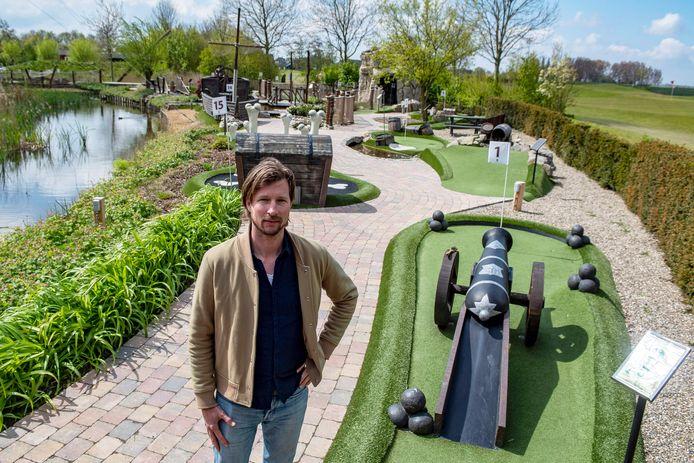 Jeroen Akkermans op De Heen mag van de gemeente zijn midgetgolfbaan niet openen, terwijl  in Bergen op Zoom de migdetgolfbaan wel open is.