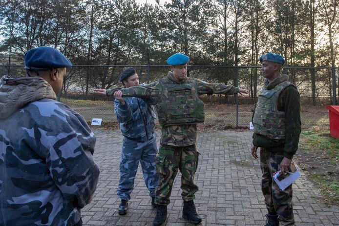 Waarnemers tijdens de oefening van vorig jaar in Stroe.