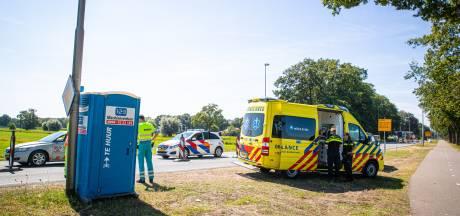 Verkeersregelaar naar ziekenhuis na aanrijding bij Wezep: politie zoekt ouder stel in roodbruine cabrio