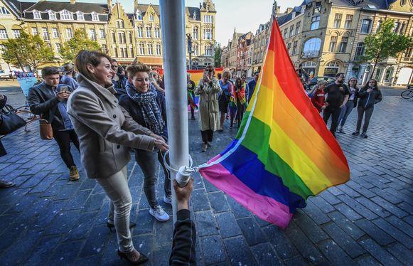 In Ieper werd de regenboogvlag gehesen.