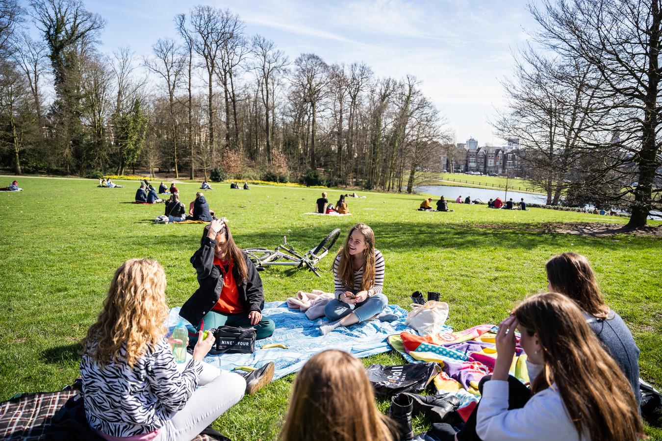 Chillen in park Sonsbeek in Arnhem. In kleine groepjes kan dat.