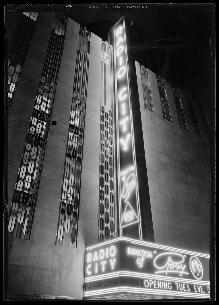 UNITED STATES - CIRCA 1930:  International Music Hall. Lighted sign II. Radio City Music Hall (New York, N.Y.)  (Photo by MCNY/Gottscho-Schleisner/Getty Images) Beeld Getty Images