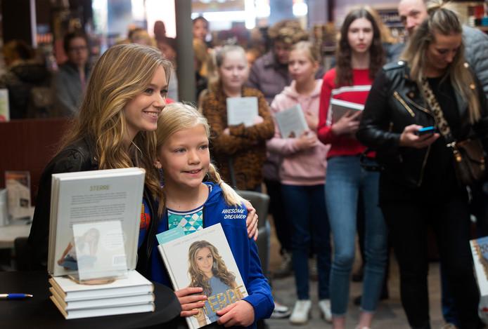 """Sterre Koning (16) naar Rebers Boek en Buro voor een Meet & Greet met haar fans ter ere van het verschijnen van haar boek """"Sterre. Waarom wachten tot je later groot bent?!""""."""
