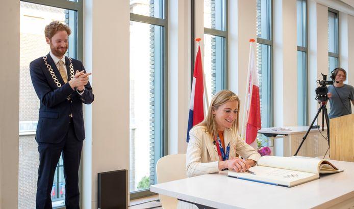 Annemiek van Vleuten tekent voor de vijfde keer het Wagenings gedenkboek.