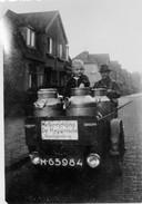 Op de foto E. te Kulve op zijn motorcarrier. Hij had een winkel in de Vermeerstraat 63. De kleine passagier is Frits Eiland. Ze rijden door de Albert Cuijpstraat, op weg naar een volgende klant. De melk was afkomstig van de Hygiënische Melkinrichting uit de Groningerstraat. De winkel van Te Kulve werd later voortgezet door H. v.d. Pol.