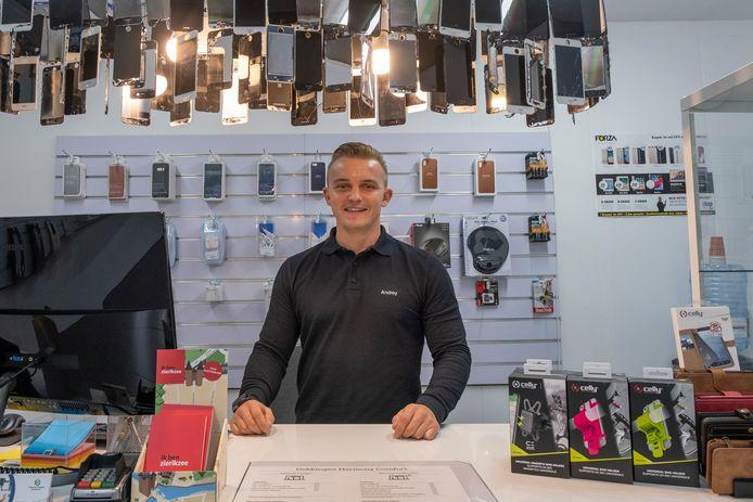 Andriy Derzhavets in zijn winkel voor mobiele apparatuur en reparaties.