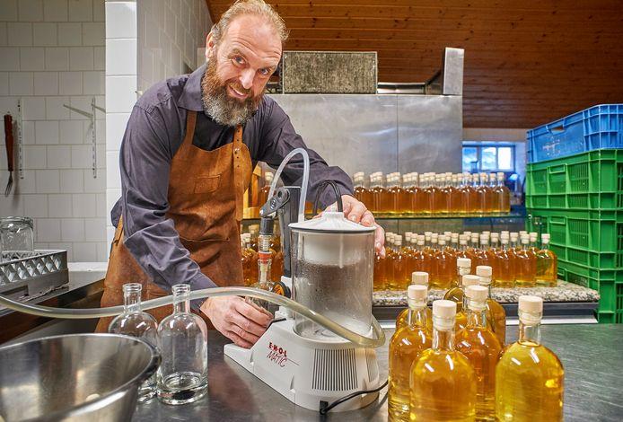 Marcel van Roessel, van De Heische Hoeve,  vult de eerste flessen Bus Whisky.