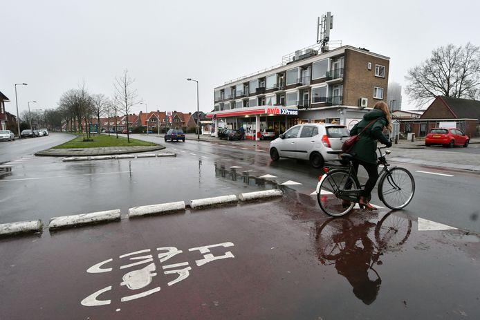 Fietsen op de singel is een van de onderwerpen waar de fietsvisie aandacht aan besteed. Zo moet het oversteken van de singel - zoals hier op de Hogelandsingel - veiliger worden. Zo wordt auto's op een aantal plekken aan de singels in de toekomst verboden linksaf te slaan.