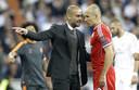 Pep Guardiola praat met Arjen Robben tijdens Bayern München - Real Madrid.