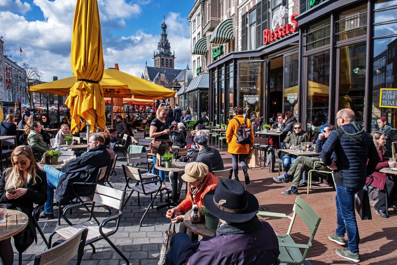 Volle terrassen op de Grote Markt in Nijmegen.