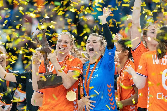 Danick Snelder en Tess Wester juichen met de WK-bokaal