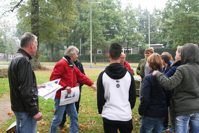 Leerlingen krijgen uitleg in Stadstuin, waar vroeger een grote textielfabriek stond.