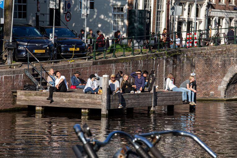 Als de terrassen vol zitten, kiest de Amsterdammer een plek aan het water.  Beeld Amaury Miller