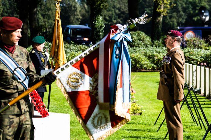 Generaal-majoor Andrew Harrison van The Parachute Regiment groet het kruis van de gesneuvelden tijdens de Slag om Arnhem tijdens de 'Airborne Memorial Service' op de Airborne Begraafplaats in Oosterbeek.