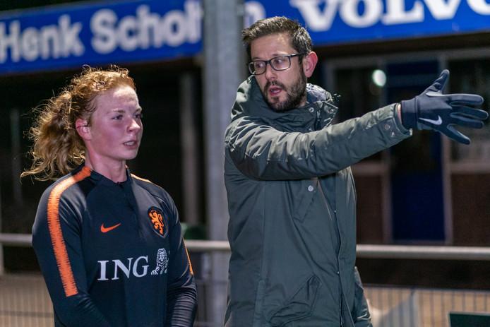 Vera ten Westeneind herstelt op het veld van RKHVV onder toezicht van haar fysiotherapeut van een zware knieblessure.