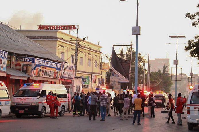 Mensen staan buiten het Afrik Hotel in Mogadishu, Somalië na de bomaanslag vandaag.