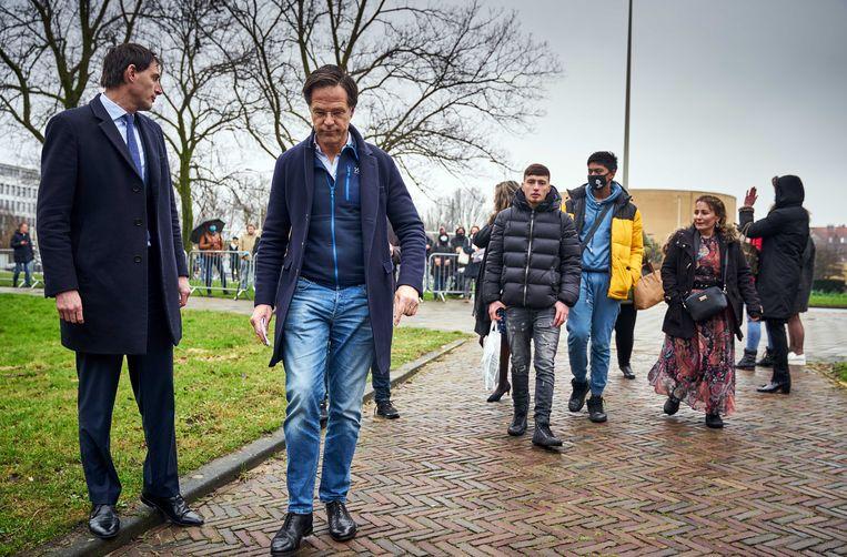 Premier Mark Rutte en Minister Wopke Hoekstra ontvangen gedupeerde ouders uit de toeslagenaffaire op het Catshuis. Beeld PHIL NIJHUIS/ANP